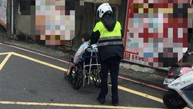 輪椅婦豪雨中受困平交道 暖警神救援  毅哥提供  瑞芳,豪雨,平交道,輪椅,暖心