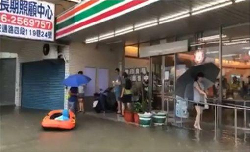 父愛爆表!台南暖爸「拖船1公里」帶女兒逛超商 圖/翻攝自爆料公社