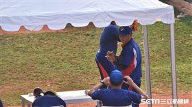 投手教練沈柏蒼和總教練許順益在牛棚中觀察投手群。(圖/記者王怡翔攝)