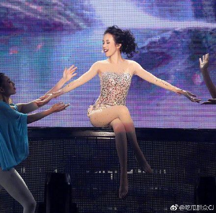 莫文蔚武漢巡演造型秀美腿 翻攝自微博