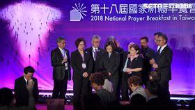 蔡總統出席國家祈禱早餐會禱告祈福總統蔡英文(前中)25日在台北國際會議中心出席「第18屆國家祈禱早餐會」,國家祈禱早餐會籌備會的牧者們,為蔡總統和國家禱告祈福。中央社記者王飛華攝 107年8月25日