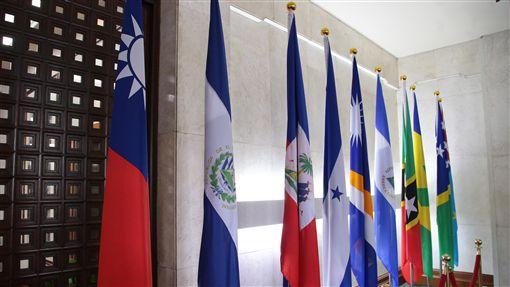 外交部宣布與薩爾瓦多斷交外交部長吳釗燮21日宣布,中華民國與中美洲邦交國薩爾瓦多斷交。圖左2為置放在外交部內的薩爾瓦多國旗。中央社記者張皓安攝 107年8月21日