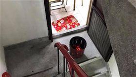 爆怨公社,鄰居,樓梯間,燒金紙,公寓(圖/翻攝自爆怨公社)