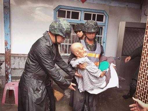 熱帶低壓釀豪雨,國軍挺入災區救災,圖/翻攝自國防部發言人臉書