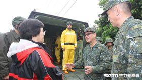陸軍司令王信龍上將25日前往臺南市麻豆區視察官兵物資運送實況 陸軍司令部提供