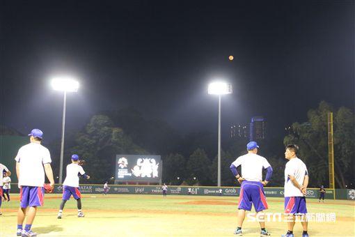 ▲台灣國家隊在雅加達練球,天上掛著滿月。(圖/記者蕭保祥攝)