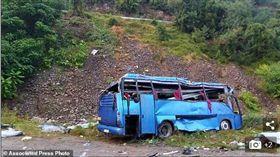 保加利亞觀光巴士衝出路面翻落  16死26傷(圖/翻攝自Daily Mail)