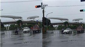 阿嬤騎到一半決定穿雨衣,直接停在馬路中央。(圖/翻攝爆料公社)