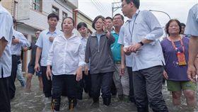 總統蔡英文25日南下嘉義勘災並涉水。(圖/翻攝臉書)