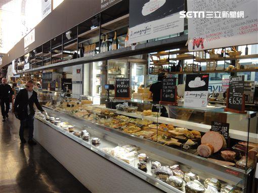 一座結合羅馬傳統建築與時下最潮的飲食型態的美食街,當然也是以最時尚最講究食材的義大利美食為主。你絕對不會看到同一種食物的攤位,所以你只要考慮到當下想吃什麼就好,不用管這麼多家到底哪一攤比較好吃?