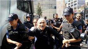 阿公阿嬤上街抗議 土耳其警方「水砲催淚彈」鎮壓引眾怒! 圖/翻攝自推特