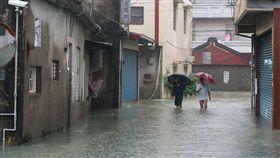 高雄岡山潭底里一帶積水未退大雨襲擊台灣中南部釀災,高雄市岡山區潭底里崑山西巷及潭底路一帶24日積水仍嚴重,且持續降雨,居民無奈涉水外出。中央社記者王淑芬攝  107年8月24日