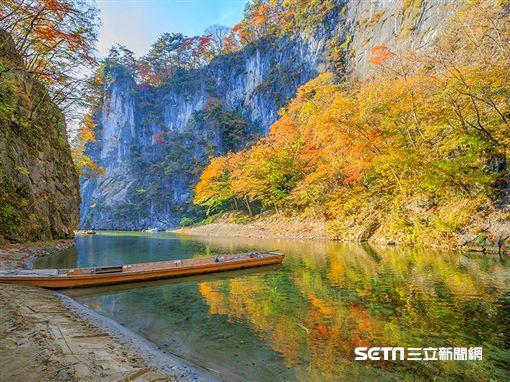 賞楓,乘坐輕舟欣賞山壁紅葉,是「猊鼻溪」的賞楓特色。(圖/易遊網提供)
