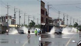 淹水,積水,熱帶性低氣壓,豪雨,駕駛,水花,腳踏車,軍人,路人,/翻攝自爆料公社