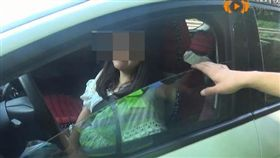 婆婆要在新房上加名字,夫妻車內吵到老婆搶方向盤嗆:同歸於盡。(圖/翻攝四川在線)