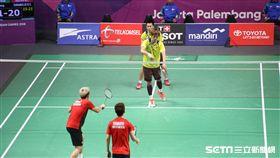 ▲雅加達亞運台灣羽球男雙李洋(後)與李哲輝4強苦戰印尼。(圖/記者蕭保祥攝影)