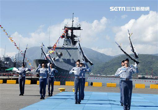 海軍儀隊表演高難度操槍。(記者邱榮吉/蘇澳拍攝)