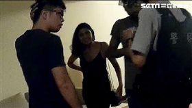印尼籍男子阿米特插錯鑰匙叫警察,同居女友在旁不停竊笑(翻攝畫面)