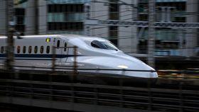 新幹線轉向架龜裂 再3公分恐斷裂JR西日本公司為新幹線轉向架龜裂事故舉行記者會,根據畫面,裂縫長達14公分。圖為同型號新幹線列車。中央社記者黃名璽東京攝 106年12月19日