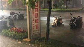 高雄,淹水,豪雨,西南氣流,西南風,氣象雲,熱帶性低氣壓,氣象局,爆廢公社 圖/翻攝自爆廢公社臉書
