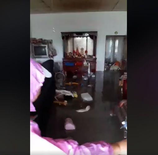 台南民眾家裡淹水,打開家門如水庫洩洪。(圖/翻攝自爆怨公社)