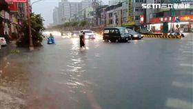 高雄鳳山區澄清路、建國路三段大量淹水 (圖/翻攝畫面)