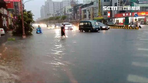 高雄鳳山區澄清路、建國路三段大量淹水(圖/翻攝畫面)