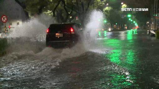一夜暴雨高雄市區水淹小腿 堆沙包大戰!