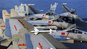 兩岸情勢變動 學者:維持戰略定力是最佳選擇轉型路上的蔡英文/兩岸篇(2)北京藉外交、軍事、經濟等手段對台施壓,學者認為,面對區域情勢快速變動,維持戰略定力是最佳選擇。圖為中共海軍遼寧號航艦編隊今年4月在東海舉行實戰化演練。(中新社提供)中央社 107年5月17日