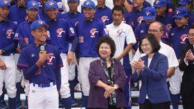 蔡總統接見棒球代表隊選手及教練總統蔡英文(前右)28日在總統府接見中華民國棒球協會「亞洲少棒、世界少棒聯盟(LLB)次青少棒及U15世界盃青少棒」代表隊教練及選手。蔡總統表示,選手的好成績激勵國人,「只要堅持到底,永不放棄,我們就不會輸給任何人,台灣一定可以走出去」。中央社記者鄭傑文攝 107年8月28日