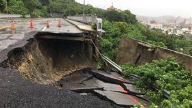 高雄壽山元亨寺旁的萬壽山橋附近山路,崩塌凹陷6公尺。(圖/翻攝畫面)