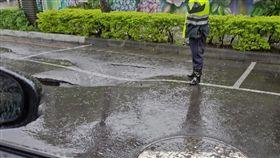 高雄,豪雨,淹水,坍塌,坑洞(圖/翻攝自爆料公社)