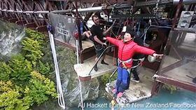 中國大媽到紐西蘭挑戰高空彈跳,聽不懂JUMP笑翻網友。(圖/翻攝YouTube)