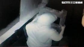 廖男爬梯偷窺崔女洗澡遭警方活逮,事後又控告對方閨密毀謗敗訴(翻攝畫面)