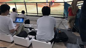 南韓情蒐亞運台印戰 偷錄影林樺慶登板亞運棒球賽事,中華隊28日與印尼隊交手,南韓隊也派出情蒐到場,儘管觀眾席禁止錄影,南韓情蒐聽到中華隊投手林樺慶登板時,還是想盡辦法將錄影機藏在衣服底下錄影情蒐。中央社記者謝靜雯攝 107年8月28日