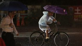 西南氣流帶來雨勢西南氣流影響台灣,台北市27日傍晚下起大雨,一名民眾撐傘騎腳踏車在雨中疾駛而過。中央社記者徐肇昌攝 107年8月27日