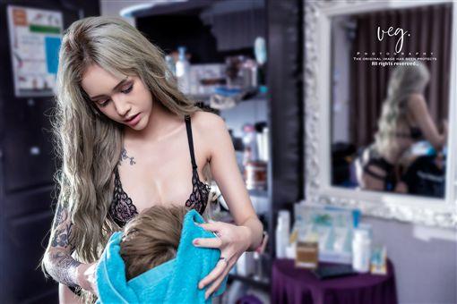 女店員穿性感內衣幫客人剪髮。(圖/翻攝自Waatjan Sawatthanachonsakhul臉書)