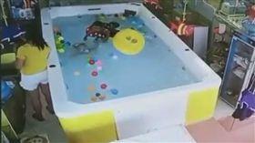 中國大陸,游泳池,滑手機,溺水,求救(圖/翻攝自臉書)