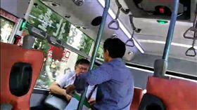 台灣國辦公室主任陳峻涵上公車堵柯文哲 圖/翻攝自台灣國影片