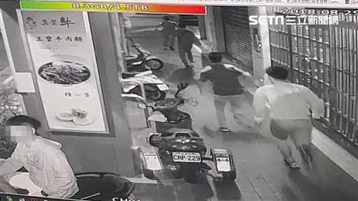 台北市中山區爆發8人當街大亂鬥,全因債務糾紛引起的事件,雙方8人訊後依傷害罪移送法辦(翻攝畫面)