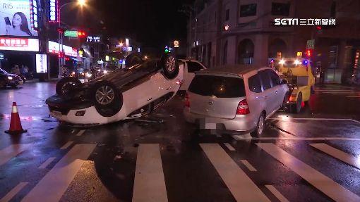 救護車執勤撞車?闖燈釀2車翻覆