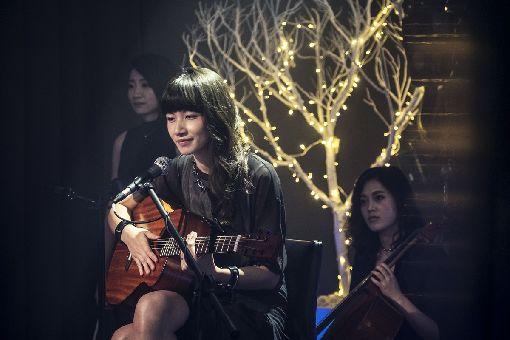 HBO延續通靈少女題材拍紀錄片  李千娜參與HBO Asia29日宣布,將延續戲劇「通靈少女」題材開拍全新紀錄片「通靈少女背後的神隱世界」,因演出「通靈少女」獲金鐘獎「迷你劇集/電視電影女配角獎」的李千娜(圖),也參與拍攝。(HBO提供)中央社記者江佩凌傳真 107年8月29日