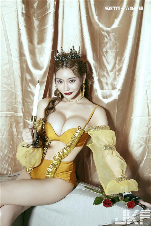 明日花綺羅變身成人版的白雪公主、《美女與野獸》中的貝兒、以及《小美人魚》的艾莉兒等三大公主。(圖/JKF提供)