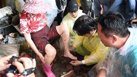 行政院長賴清德視察東崙村、西崙村淹水水退情形,檢查老婦的腳傷。(圖/行政院)