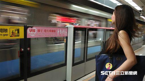 台北捷運,孕婦親子優先候車,孕媽咪,好孕貼紙,/北捷提供