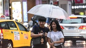【勿用】大雨、下雨、雷雨、梅雨、午後雷陣雨、撐傘。 (圖/記者林敬旻攝)