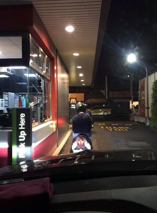 「得來速不是給開車族方便?」他秒被洗版 影片「神回覆」:就是要!(圖/翻攝自臉書「爆廢公社」)