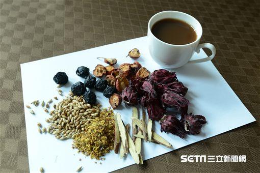 醫師廖子嫻說,由烏梅、山楂、洛神花、桂花、甘草、炒麥芽組成的「沁脾開胃飲」有助促進食慾。(圖/台北慈濟醫院提供)