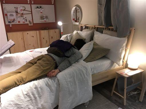 英國M25公路發生一起嚴重車禍,整條公路大塞車,駕駛們全被卡在車陣動彈不得,只能在車內休息、睡覺。沒想到附近有一間IKEA賣場相當佛心,直接把賣場變成「臨時休息站」,供塞車駕駛睡覺歇息。(圖/翻攝自推特)
