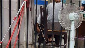 台鐵剪票員蹲下幫乘客修鞋/臉書爆料公社